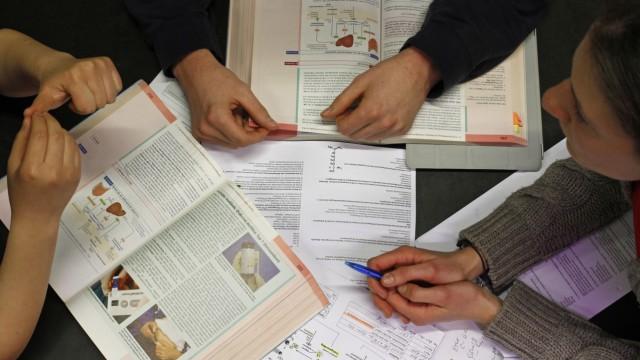 Medizinstudenten beim Lernen in der Uni-Bibliothek der LMU in München.
