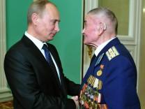 Gratulation an den Weltkriegsveteran: Kremlchef Wladimir Putin mit dem ehemaligen Rotarmisten und Stalingrad-Kämpfer Ilja Filatov
