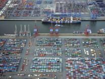 Container-Schiff am Hamburger Hafen