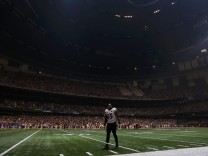 Baltimore Ravens' Suggs waits on the field after the half the lights went out in the third quarter against the San Francisco 49ers in the NFL Super Bowl XLVII football game in New Orleans