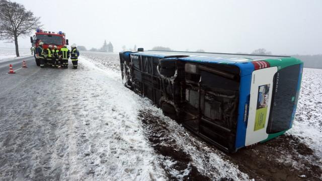 Moorenweis: Verkehrsunfall / Umgestuerzter Linienbus