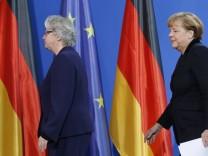 Bundesbildungsministerin Annette Schavan tritt wegen der Plagiatsaffäre um ihrer Doktorarbeit zurück: Bundeskanzlerin Angela Merkel sagte im Beisein Schavans, sie habe das Rücktrittsgesuch sehr schwer