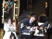 Boris Godunov Premiere Staatsoper 12.02.2013 PR-Bild Eri Nakamura (Xenia), Alexander Tsymbalyuk (Boris Godunow), Dean Power (Leibbojar)