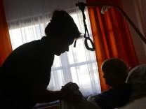 Alzheimer-Gesellschaft: Gewalt in Pflege ist noch Tabuthema