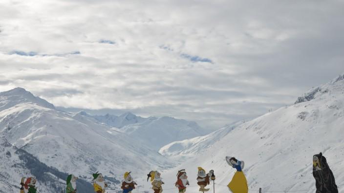 Märchenfiguren Schneewittchen und die sieben Zwerge in Andermatt in der Schweiz