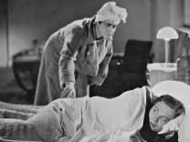 """Therese Giehse und Gustav Fröhlich in \""""Rund um eine Million\"""", 1933"""