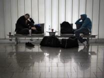 Passagiere Flughafen Frankfurt schlafen