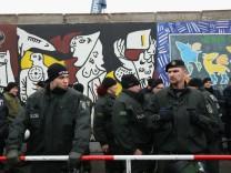Polizisten an den Absperrungen der East Side Gallery