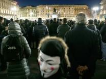 Menschen bei einer Kundgebung von Beppe Grillo auf dem Mailänder Domplatz