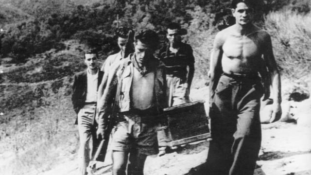 Italienische Partisanen beim Begräbnis eines Angehörigen, 1944 Massaker Italien