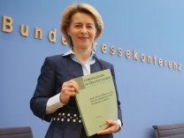 Arbeitsministerin Ursula von der Leyen, Armuts- und Reichtumsbericht