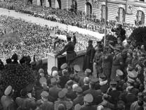 Adolf Hitler auf dem Balkon der Hofburg in Wien, 1938
