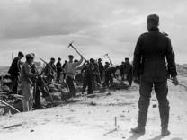 Zwangsarbeiter beim Straßenbau, 1942