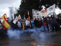 Streikende Angestellte der Fluggelsellschaft Iberia in der spanischen Hauptstadt Madrid.