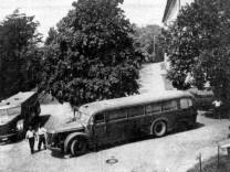 """Busse der """"Gemeinnützigen Krankentransport GmbH"""" vor der hessischen Anstalt Eichberg"""