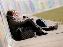 Touristen an der East Side Gallery Berlin Deutschland Städtereise Städtetrip