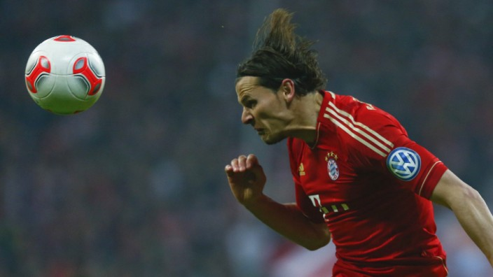 Bayern Münchens van Buyten beim Kopfball
