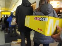 Postkunden stehen Schlange in München, 2012