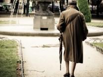 Spaziergang einer alten Frau