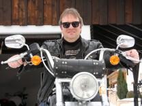 Feldafings Bürgermeister Bernhard Sontheim auf seiner Harley Davidson.