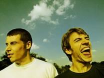 junge Männer lachen