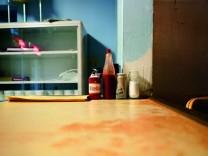 Tisch mit scharfer Soße William Eggleston