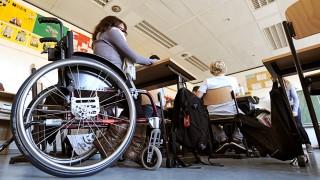 Behinderte Schülerin im Rollstuhl an Integrierter Gesamtschule