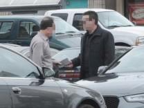 Ex-KPMG-Chef Scott London (links) erhält einen Umschlag mit 5000 Dollar von Bryan Shaw.