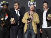 "Der ""Avengers""-Cast posiert mit den Trophäen der MTV Movie Awards: Samuel L. Jackson, Regisseur Joss Whedon, Tom Hiddleston, Chris Evans."