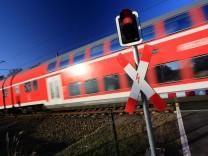 Nahverkehr am Bahnübergang in Sachsen-Anhalt