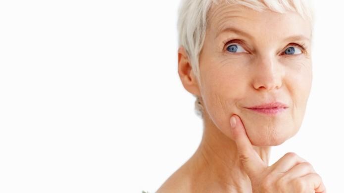 Ältere Frau, nachdenklich