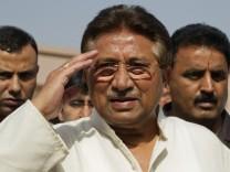 Pakistans ehemaliger Präsident Musharraf salutiert