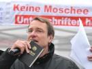 """Michael Stürzenberger von der Partei """"Die Freiheit"""" sammelt am Stachus Unterschriften gegen eine Mos"""