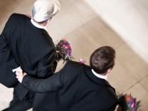 Marco Fuss und sein Mann Eric bei der Eintragung ihrer Lebenspartnerschaft (NICHT VERWENDEN - ZUM EINMALIGEN GEBRAUCH FÜR 1.1653369)