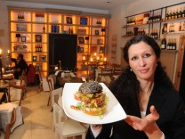 Adassa Thomaselli vom Kochspielhaus mit einem Burger.