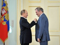 Vladimir Putin hands out awards to Heroes of Labor