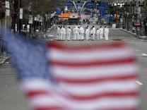 Ermittler am Tatort der Bombenanschläge auf den Marathon in Boston.