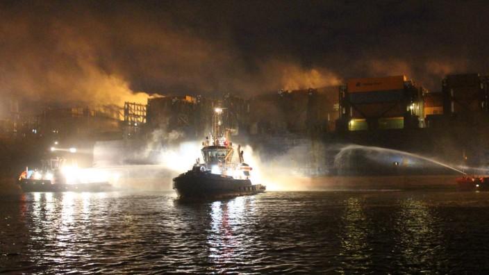 Feuer auf Autotransportschiff im Hamburger Hafen