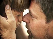 Ein Vater tröstet sein trauriges Kind