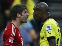 Bayern Munich's Mueller argues with Borussia Dortmund's Santana during their German first division Bundesliga soccer match in Dortmund