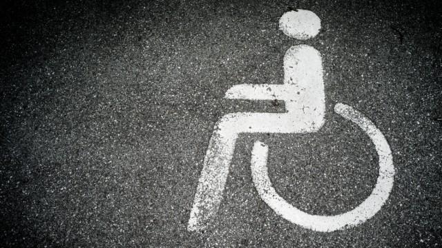 Bruck: Behinderten-Parkplatz am S-Bahnhof / Logo