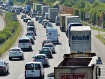Stau auf der Autobahn A 8 bei Karlsruhe