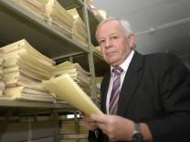 Oberstaatsanwalt Kurt Schrimm in seiner Behörde in Ludwigsburg
