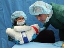 ***BESTPIX*** Health Minister Bahr Visits Teddy Bear Clinic