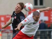 Ariel Borysiuk, Kaiserslautern, im Kopfballduell mit Koke von Regensburg