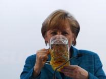 Angela Merkel im Bierzelt in Trudering
