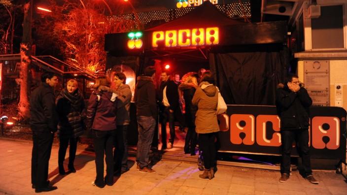 """Gäste vor der Diskothek """"Pacha"""" in München, 2012"""