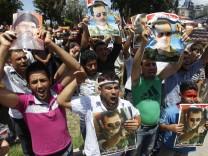 Demonstranten mit Plakaten von Präsident Assad und Hisbollah-Anführer Nasrallah