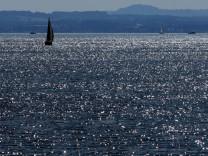 Segelboote auf glitzerndem Bodensee