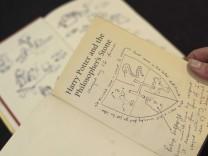 Erstausgabe eines Harry Potter Romans von J.K. Rowling erzielt bei einer Versteigerung in London 176000 Euro
